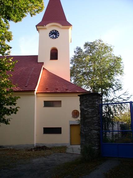 Fasáda kostel Ostrov u Macochy
